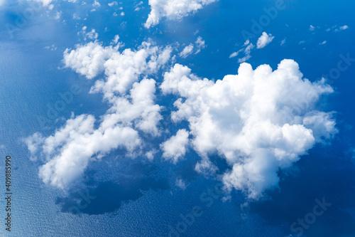 Slika na platnu 上空から見える海と立体感のある雲