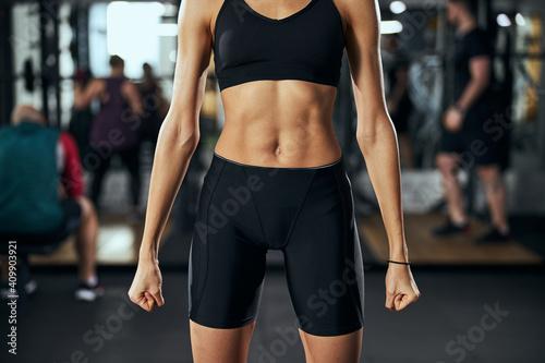 Photo Focused photo on female body preparing for training