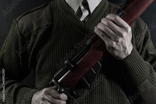 Canvas ボルトアクションライフルを構えた人物
