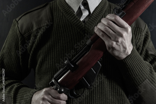 Fotografiet ボルトアクションライフルを構えた人物