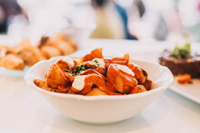 Ración De Patatas Bravas Españolas Con Salsa Picante