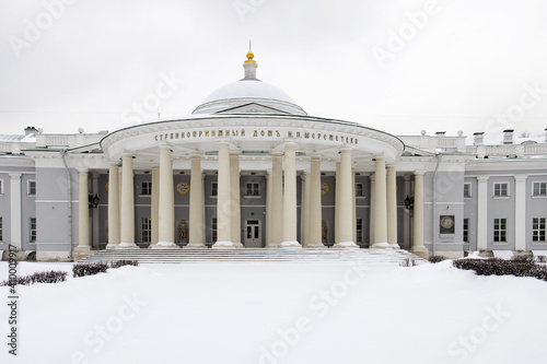 Valokuva Double semicircular colonnade of polurethane of the 3rd building of the Sklifoso