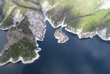 雪とダム湖