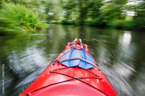 Kajak na rzece Wierzyca podczas spływu kajakowego - fototapety na wymiar