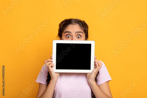 Obraz Surprised Indian woman showing blank tablet screen - fototapety do salonu
