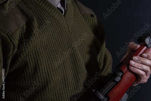 Fototapeta ボルトアクションライフルを構えた人物