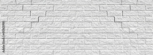 Foto Old cracked white brick wall wide texture