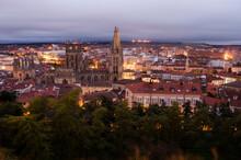 Vista Da Catedral E Cidade De Burgos Ao Anoitecer