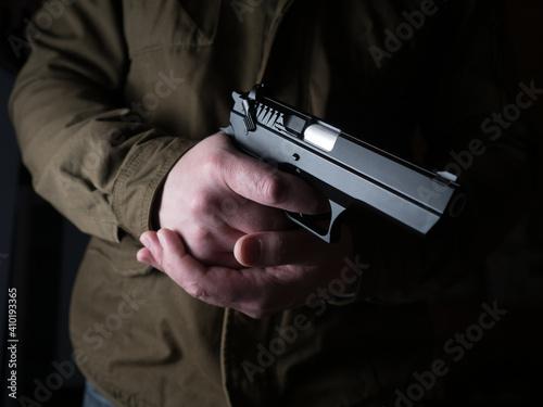 Man holding a gun Fototapet