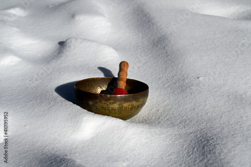 Foto A tibetan singing bowl in the snow