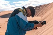 Camarógrafo De Cine Grabando En El Desierto