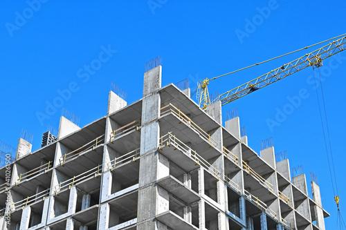 Tableau sur Toile Crane and highrise construction site