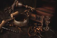 Bodegón De Instrumentos Y Joyas Sobre Una Mesa De Madera Oscura