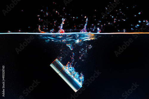 Fotomural Lipstick case falling into the water with a splash