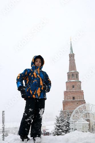 Kid on background of Syuyumbike tower in Kazan Kremlin Fototapet
