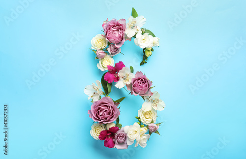 Obraz na plátně Number 8 made of beautiful flowers on light blue background, flat lay