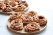 Róże karnawałowe z konfiturą i cukrem pudrem – tradycyjne polskie ciastka jedzone w czasie karnawału, tłustego czwartku i ostatków
