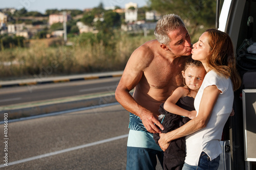 famiglia felice composta da papà mamma e figlia, in abbigliamento da mare si abb Fototapet
