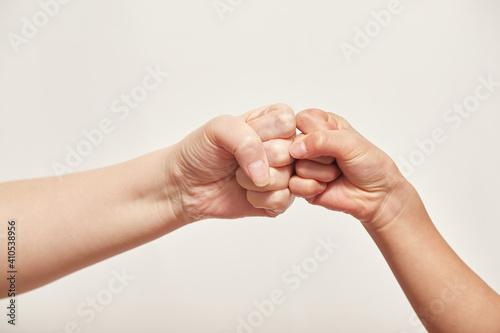 Fototapeta 白いパックと親子の結んだ両手の様子