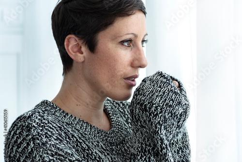 Obraz Woman feeling cold in wintertime - fototapety do salonu