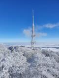 Fototapeta  - Zimowe, mroźne pejzaże w okolicy góry Ślęża. Niebieskie niebo i zamarznięte drzewa.