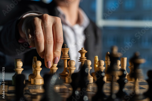 Fotomural Business woman in a suit plays chess