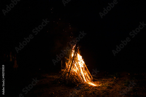 Canvas Print bright bonfire on the wood in the tourist camp