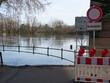 Ein Warnschild warnt vor dem Hochwasser und der Überflutung durch den Fluss Main während des Hochwassers 2021 bei Mainz