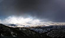 Dramatico Horizonte De Montañas Y Nubes Oscuras En La Naturaleza