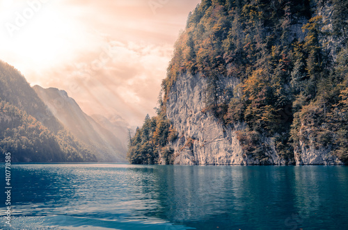 Canvas Print Beautiful shot of cliffs around a bright blue lake on a sunny day