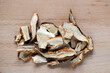 cogumelos shiitake secos em um fundo de madeira.