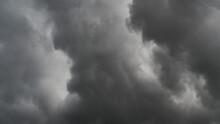 Ciel Déchiré Au Passage D'un Nuage De Type Arcus