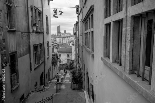 Tela ruelle avec escaliers descendant de la colline de fourvière à Lyon avec vue sur