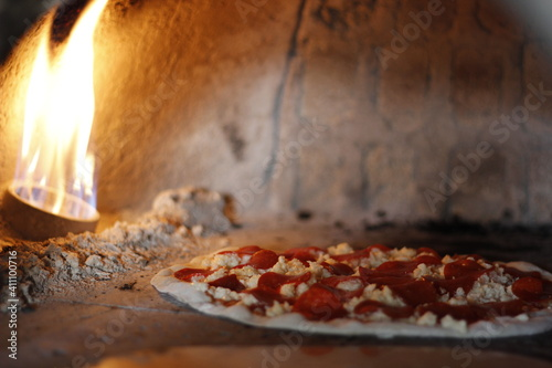Photo Pizza de pepperoni en el horno