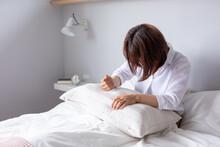 ベッドで女性が枕を叩いて怒っている ヒステリック 悲しい sad Bed