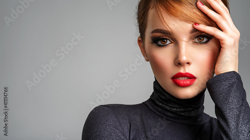 Photo Beautiful brunette girl with red lips and short, slick hair