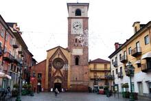 Il Duomo Di Chivasso Con Vista Panoramica Sulla Piazza Duomo In Italia