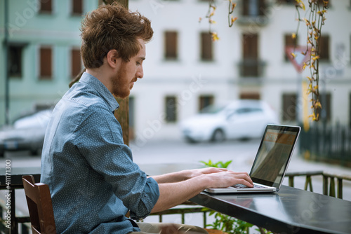 Man working outdoor with a laptop Fototapet