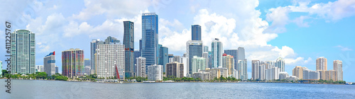 Fotografía Panoramic view of condominiums and office towers along the waterway in Downtown