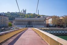 Palais De Justice Et Passerelle Pendant Le Confinement, Lyon, France
