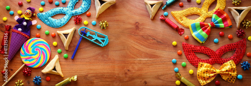 Foto Purim celebration concept (jewish carnival holiday) over wooden background