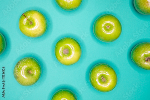 Photographie Directly Above Shot Of Granny Smith Apples On Turquoise Background