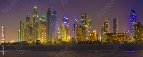 Obraz na płótnie DUBAI, UAE - MARCH 28, 2017: The evening skyline of Marina towers from beach