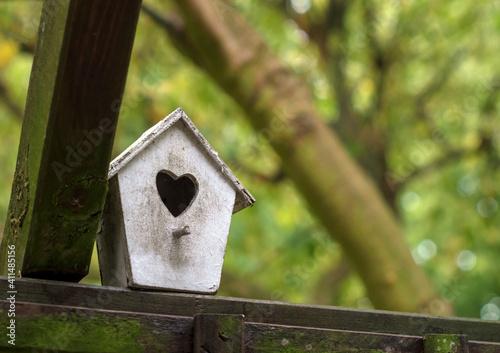 Billede på lærred Selective focus of a birdhouse outdoors
