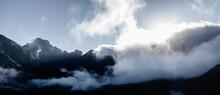 Vale Montanhoso Coberto De Nuvens E Nevoeiro
