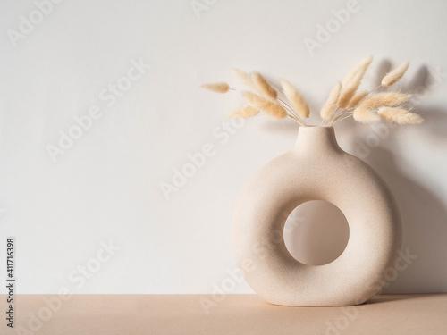 Obraz na plátně Round stylish ceramic vase with dried flower lagurus