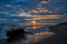 Alba Sul Mare Con Cielo Nuvoloso E Riflesso Del Sole Sull'acqua E Sulla Spiaggia.