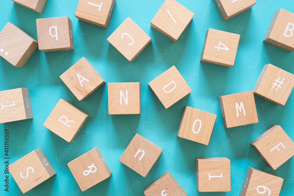 ランダム|バラバラに散らばったたくさんの積み木ブロック