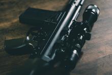 ライフルスコープを付けた軍用自動小銃
