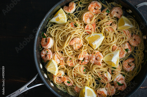 Garlic Butter Shrimp Pasta in a Saute Pan: Shrimp and spaghetti tossed in a garl Fototapet